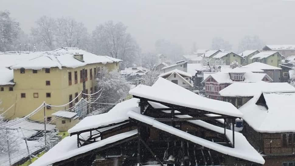 Heavy snowfall in Kashmir Valley; Jammu-Srinagar National Highway closed, power supply cut