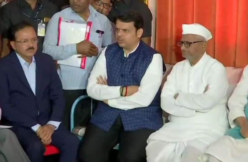 Maharashtra Chief Minister Devendra Fadnavis meets Anna Hazare as his indefinite fast enters seventh day