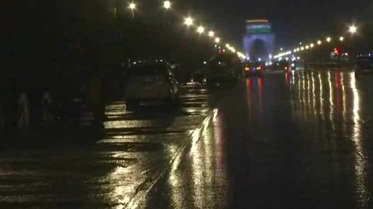 Rain lashes Delhi-NCR, causes traffic snarls at several places
