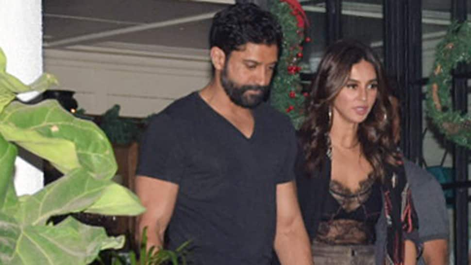 Farhan Akhtar-Shibani Dandekar chill by the beach, share vacay pics!