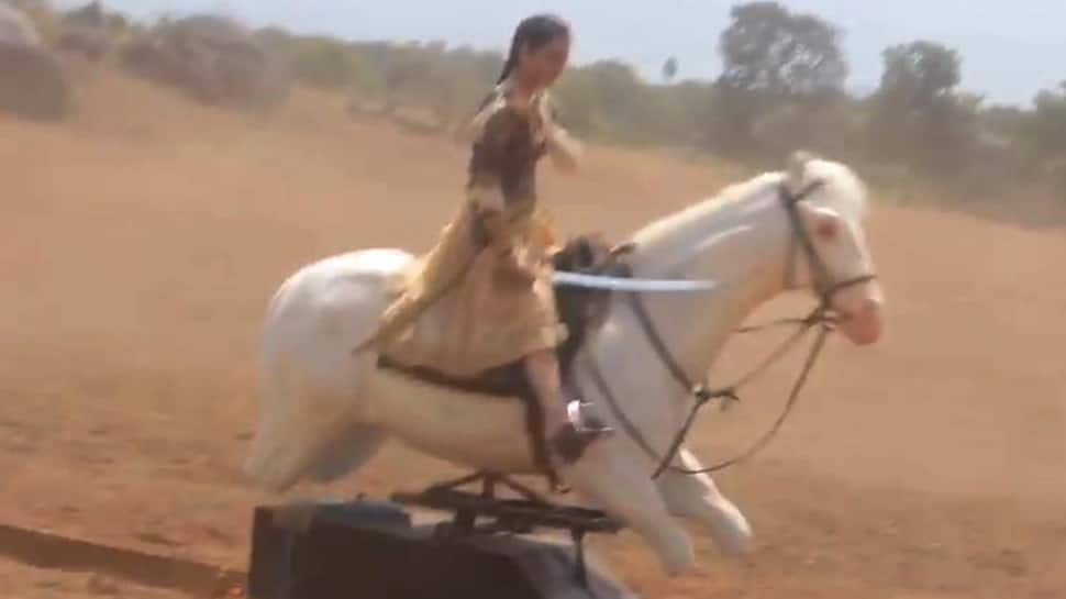 This video of Kangana Ranaut fighting the British on an electric horse will leave you in splits-Watch