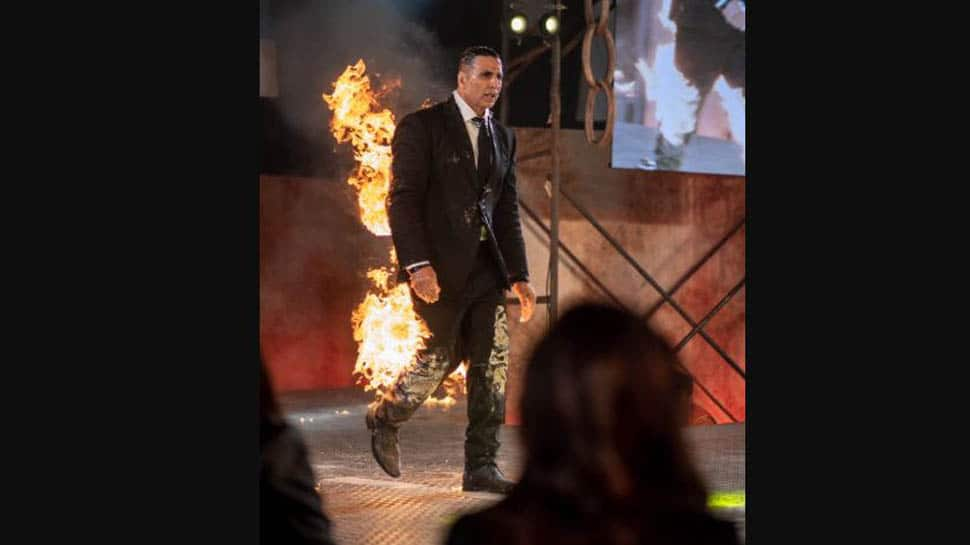 Akshay Kumar sets himself on fire, wife Twinkle has the best reaction