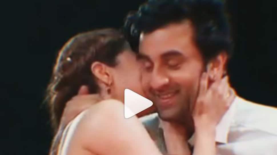 Video of Ranbir Kapoor-Alia Bhatt's awkward kiss at Zee Cine Awards goes viral