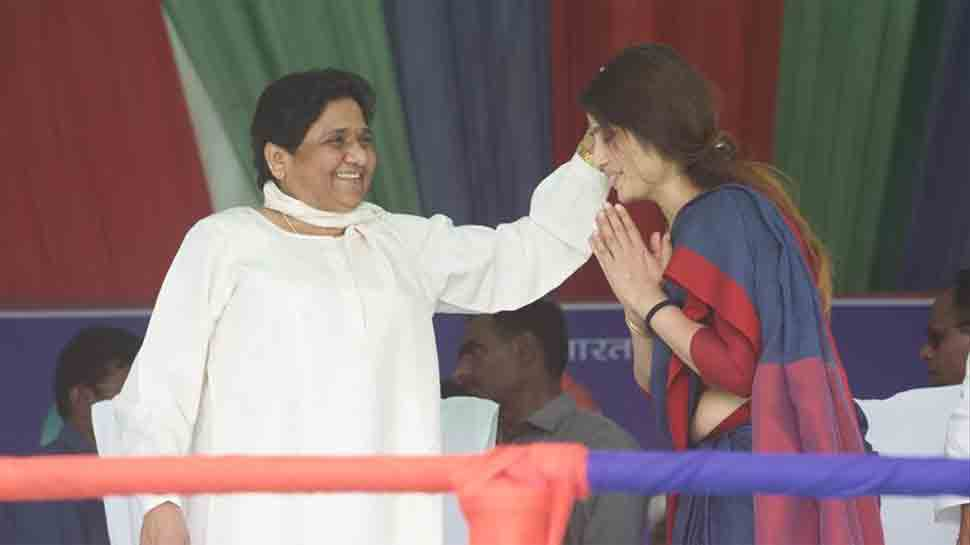Akhilesh Yadav's wife Dimple touches Mayawati's feet on stage, seeks blessing