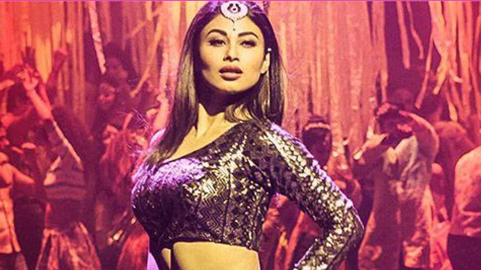 Mouni Roy's sensuous dance on Sridevi's 'Kaate Nahi Kat Te' song will inspire you to hit the floor—Watch