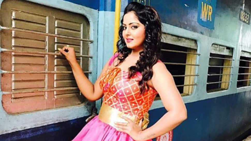 Hot cake Anjana Singh poses in a pink high slit dress-See pic