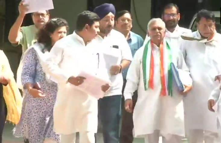Congress leaders reach Shivraj Singh Chouhan's home with documents of farm loan waivers