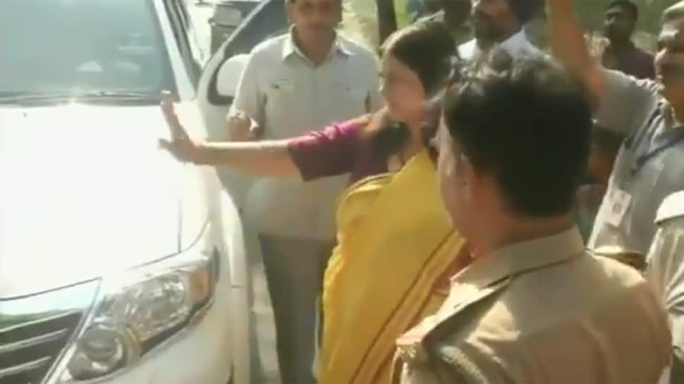 Argument between Maneka Gandhi, Mahagathbandhan candidate from Sultanpur caught on camera