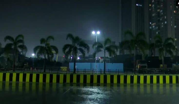 Heavy rainfall lashes Mumbai, flight and train operations affected