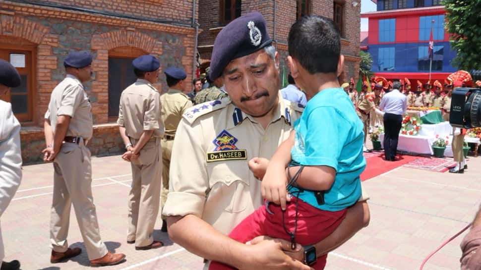 Senior cop breaks down carrying son of martyred inspector at wreath laying ceremony