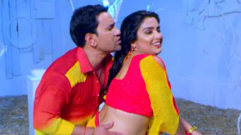 This old video of Dinesh Lal Yadav and Aamrapali Dubey is breaking the internet - Watch