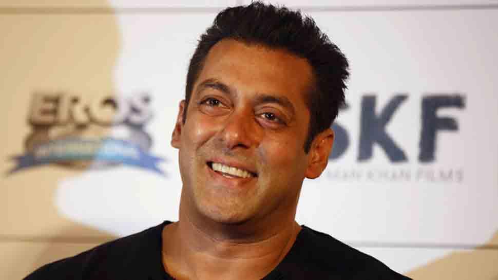 Salman Khan arrives in Phaltan for 'Dabangg 3' shoot, gets mobbed on street