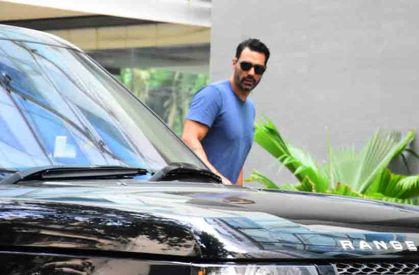 Arjun Rampal arrives at Mumbai hospital with heavily pregnant girlfriend Gabriella Demetriades