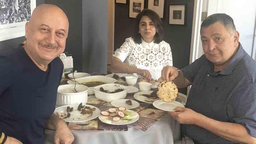 Rishi Kapoor enjoys perfect 'phulka' at Anupam''s home in New York