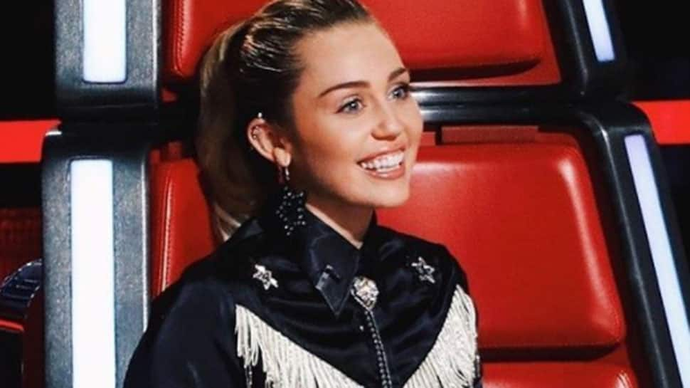 When Miley Cyrus got a fond caress from Kaitlynn Carter backstage