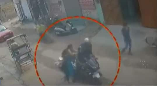 On camera: Internet lauds brave mother-daughter duo for thrashing bike-borne chain-snatcher in Delhi