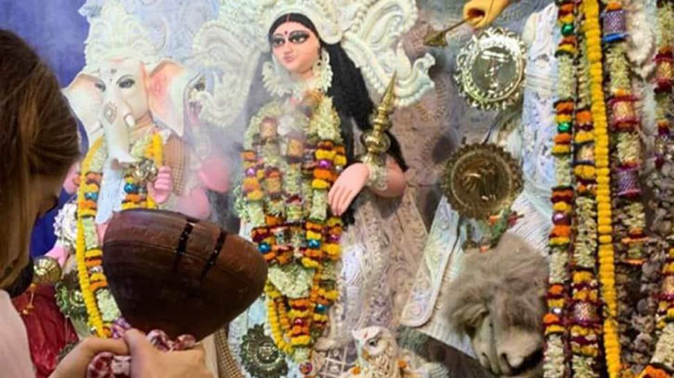 Sara Ali Khan goes pandal hopping in Kolkata, performs 'dhunuchi naach'- See pics