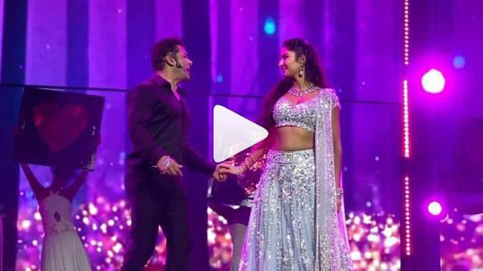 Salman Khan-Katrina Kaif kick off Da-bangg tour, perform on Dil Diya Gallan- Watch