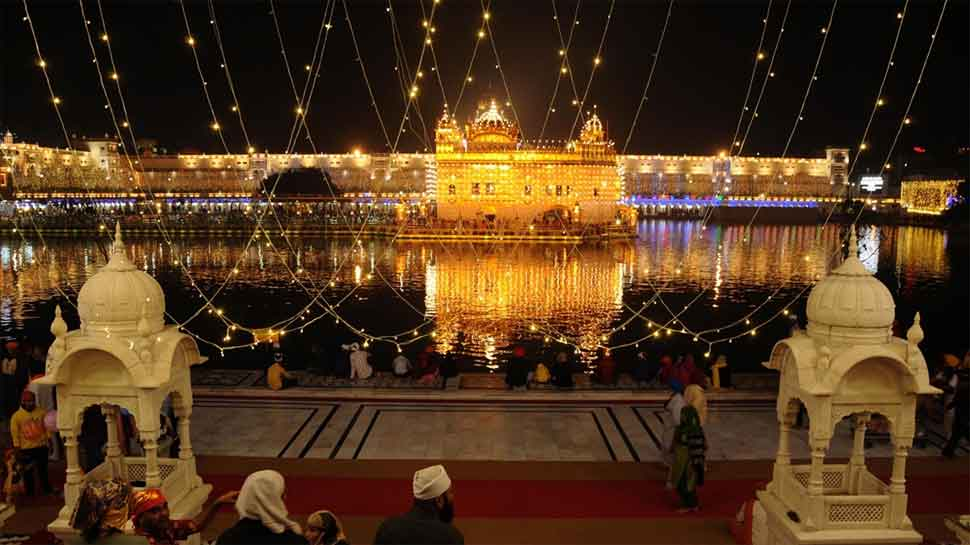 Delhi : Sikh devotees flock to Gurudwara Bangla Sahib on Guru Purab