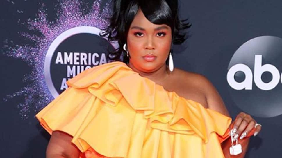 Lizzo's tiny purse won the AMA red carpet