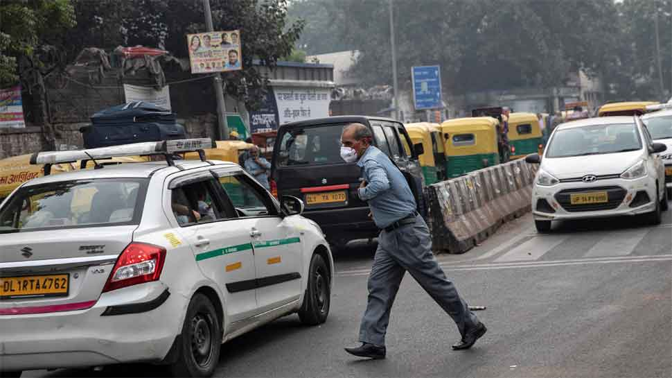 Delhi air quality remains in 'very poor' category, city witnesses moderate fog