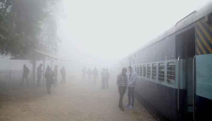 Dense fog delays 22 Delhi-bound trains, six flights in Kolkata cancelled