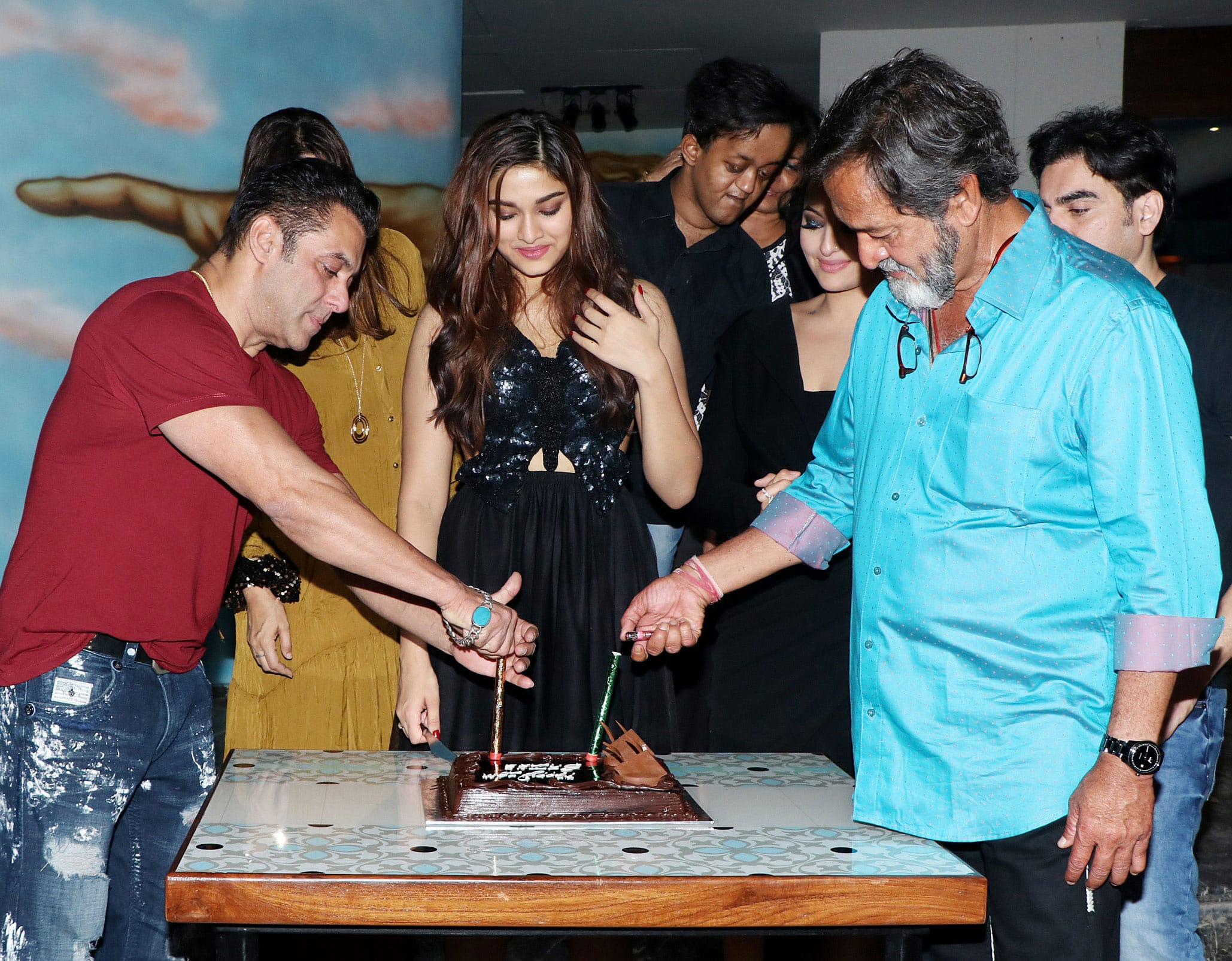 Saiee with father Mahesh Manjrekar and Salman Khan