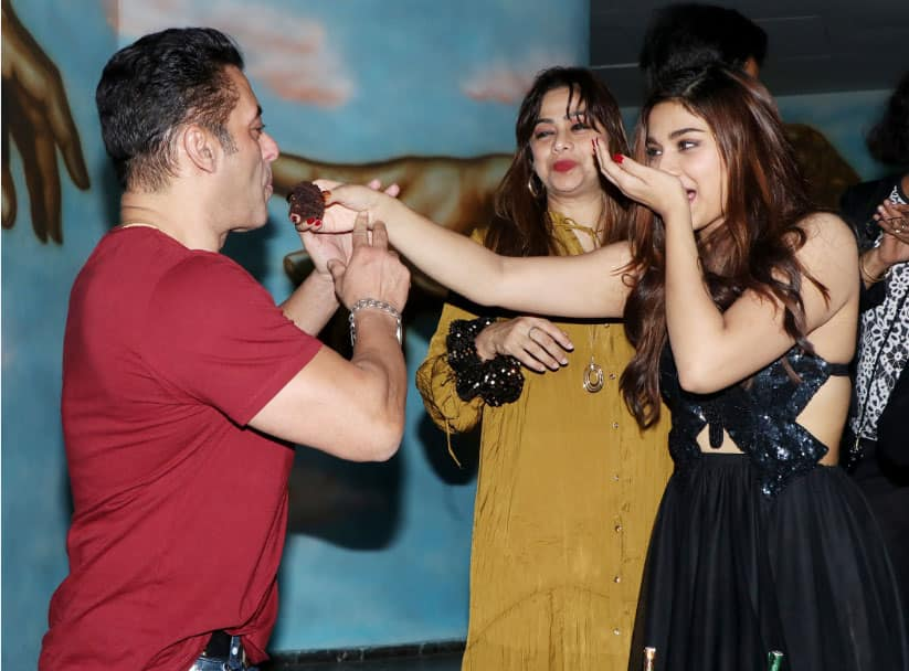 Saiee feeds cake to Salman