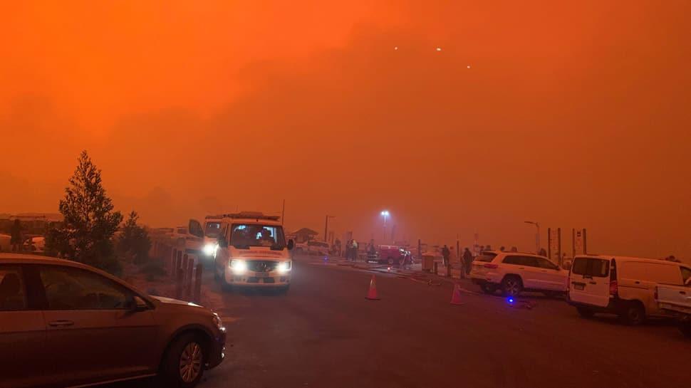 Thousands of Australians flee to beaches to escape bushfires