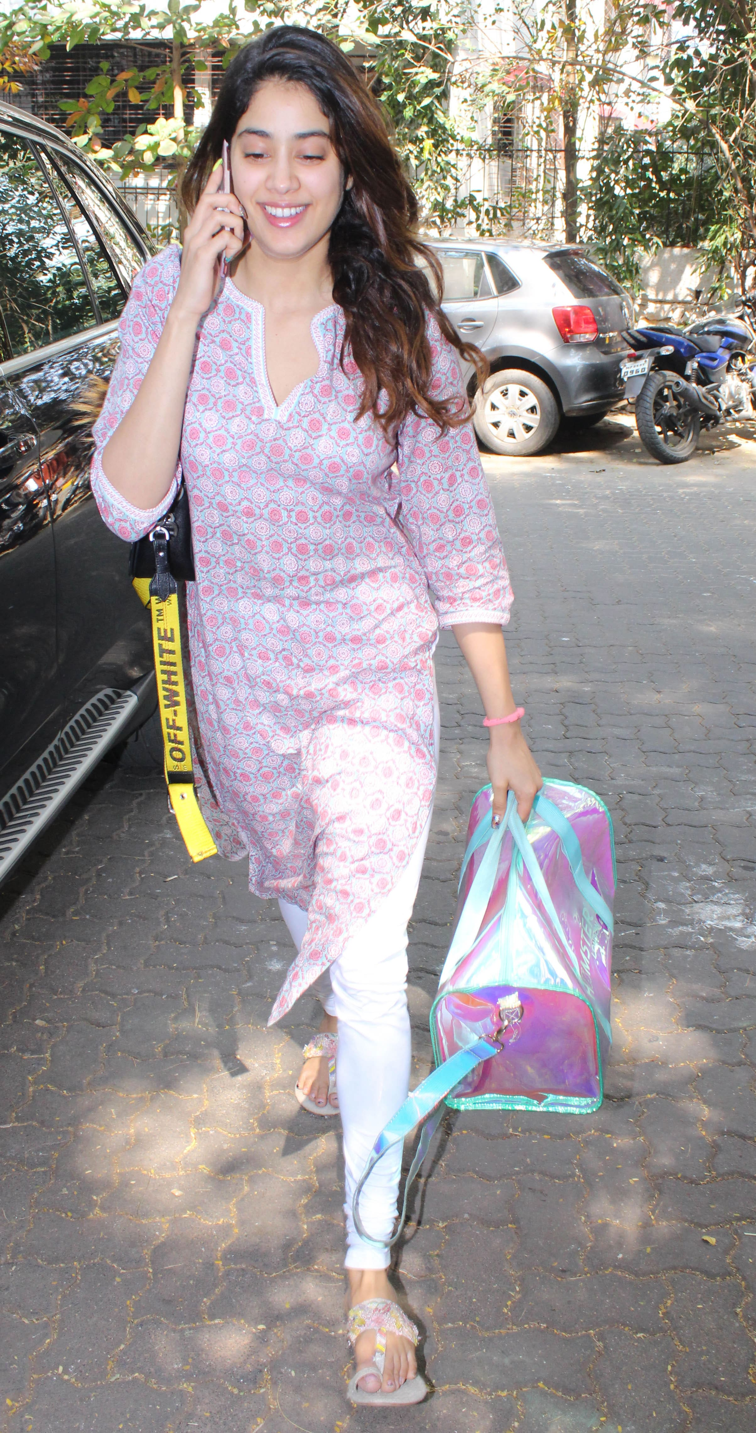 Who is Janhvi Kapoor talking to?