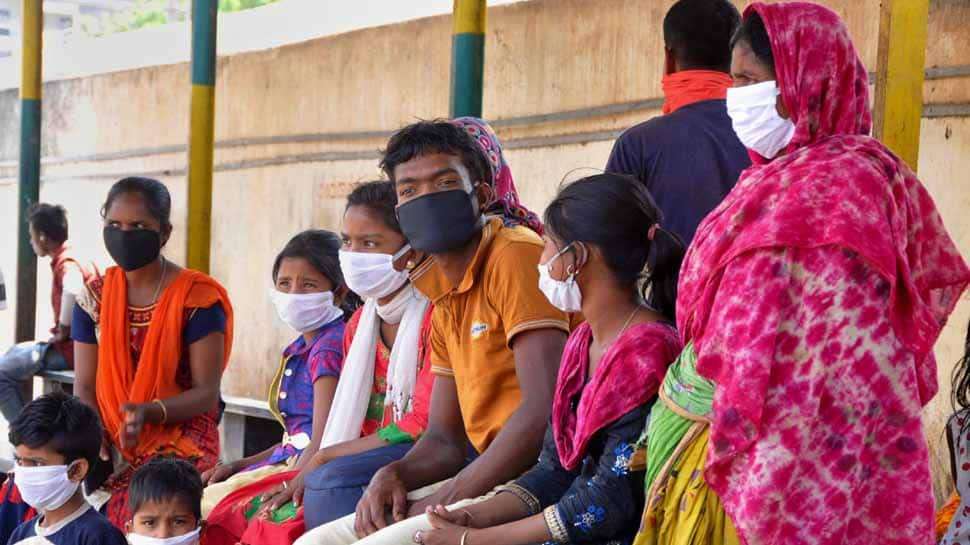 Watch: Policeman in Jharkhand gives money to a man to buy mask to fight coronavirus thumbnail
