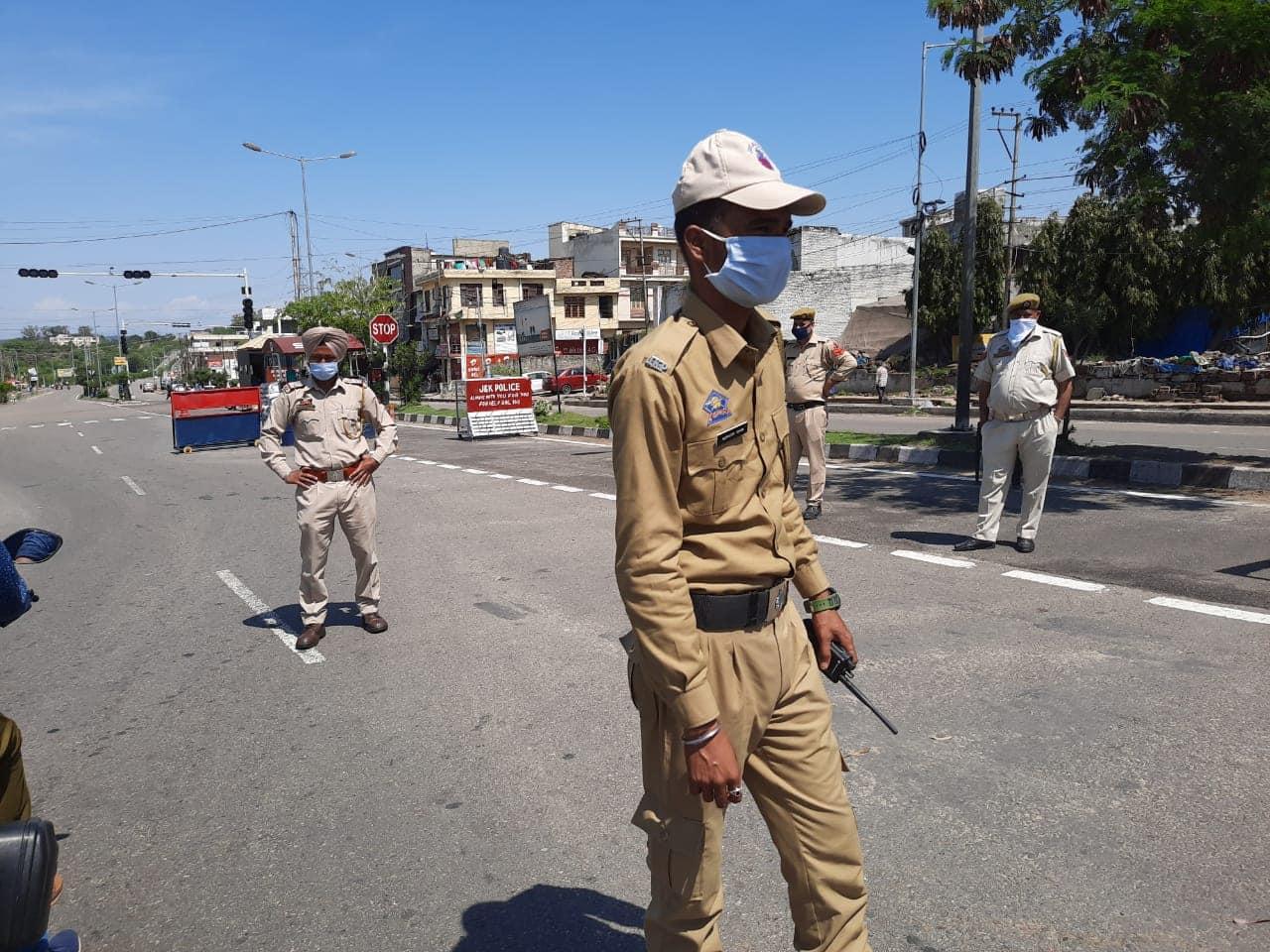 Police checks traffic movement