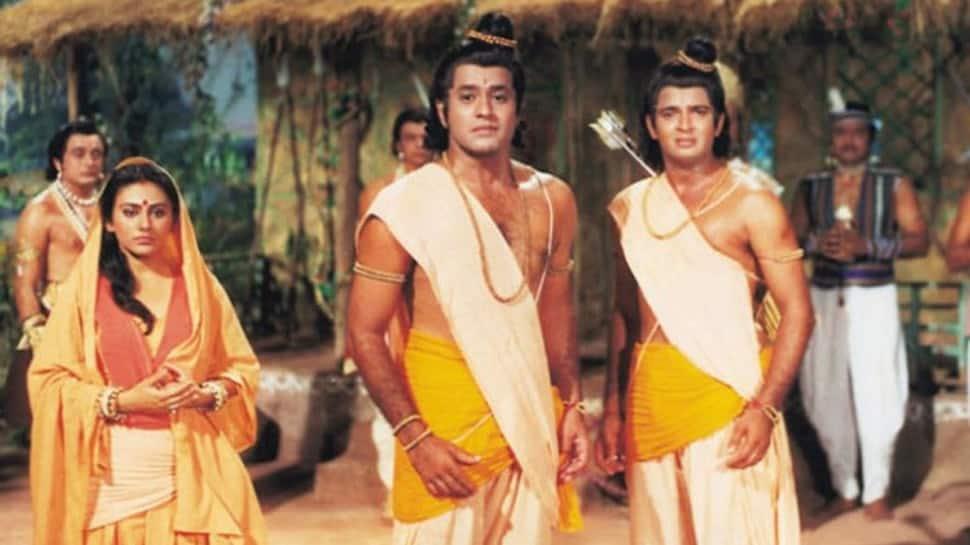 Epic and rare pic of `Ramayan` stars Arun Govil, Dipika Chikhalia, Sunil Lahiri with the entire team takes... thumbnail