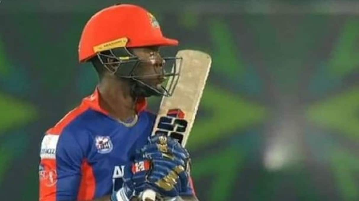 Fans left in astonishment as Sherfane Rutherford wears Mumbai Indians' gloves in PSL match, Look!