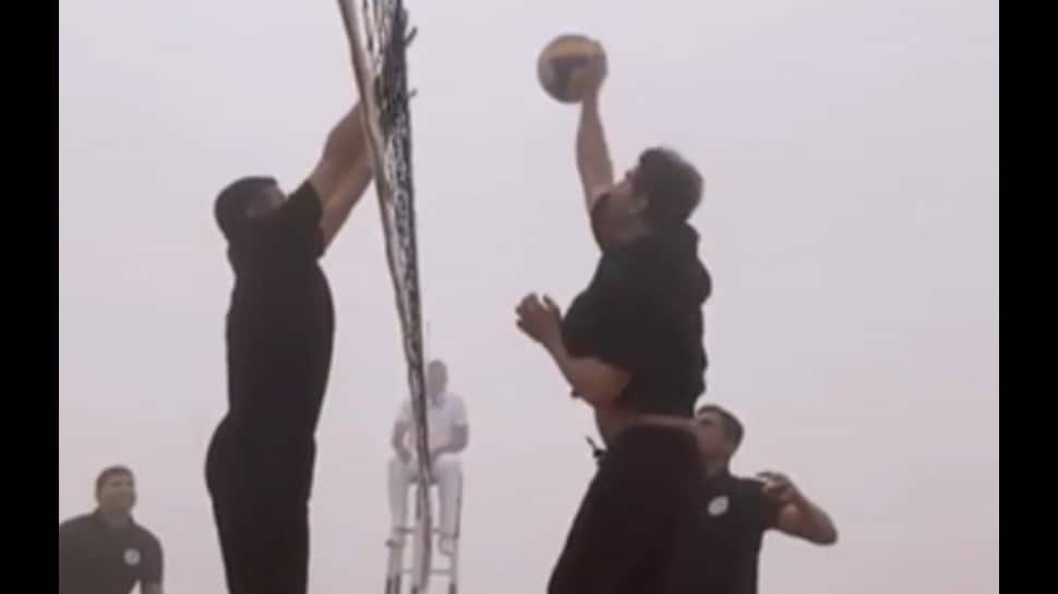 Akshay Kumar  celebrate Army Day by playing volleyball with jawans