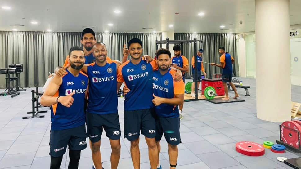 Indian skipper Virat Kohli (left) with Ishant Sharma, Hardik Pandya, Axar Patel and Rishabh Pant try out the training facilities in Motera. (Source: Twitter)