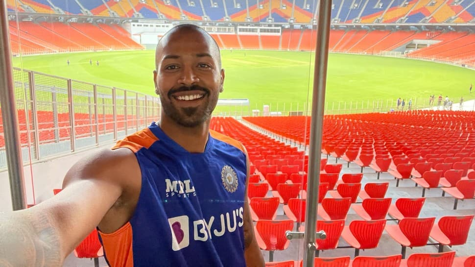 India all-rounder Hardik Pandya click a selfie with Motera stadium in the background. (Source: Twitter)