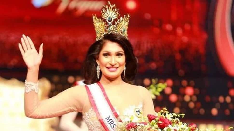 Mrs Sri Lanka 2019 strips off Pushpika De Silva from her winning crown on stage, video goes viral - Watch