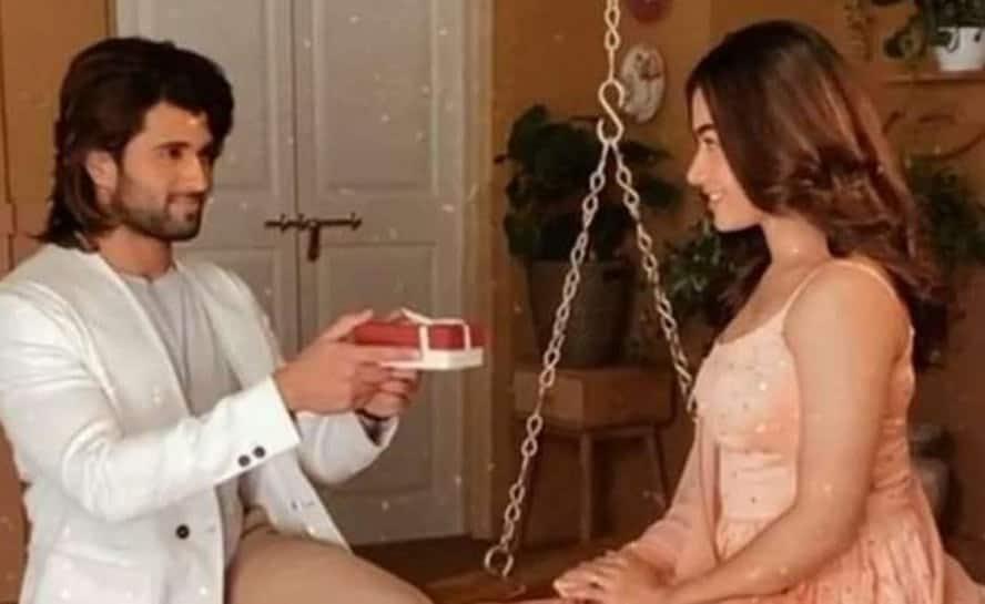 South superstar Vijay Deverakonda proposes Rashmika Mandanna? Viral video hits internet - Watch