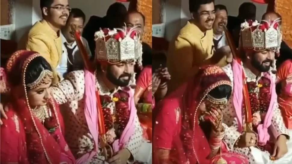 Modern dulha? Groom rests hand on bride's shoulder during wedding, watch what happened next
