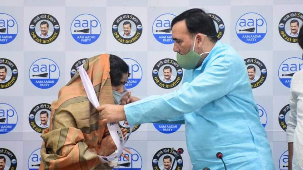 Delhi: Congress councillor Usha Sharma joins Aam Aadmi Party