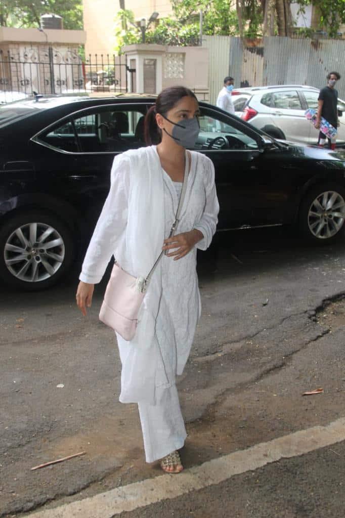 Samita Bangargi makes appearance at Mandira Bedi's house
