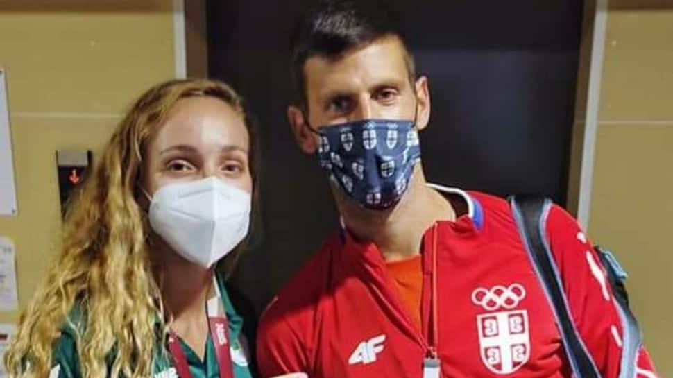 El joven nadador argelino Amel Melih se toma una selfie con Novak Djokovic en la villa de los Juegos Olímpicos de Tokio. (Fuente: Twitter)