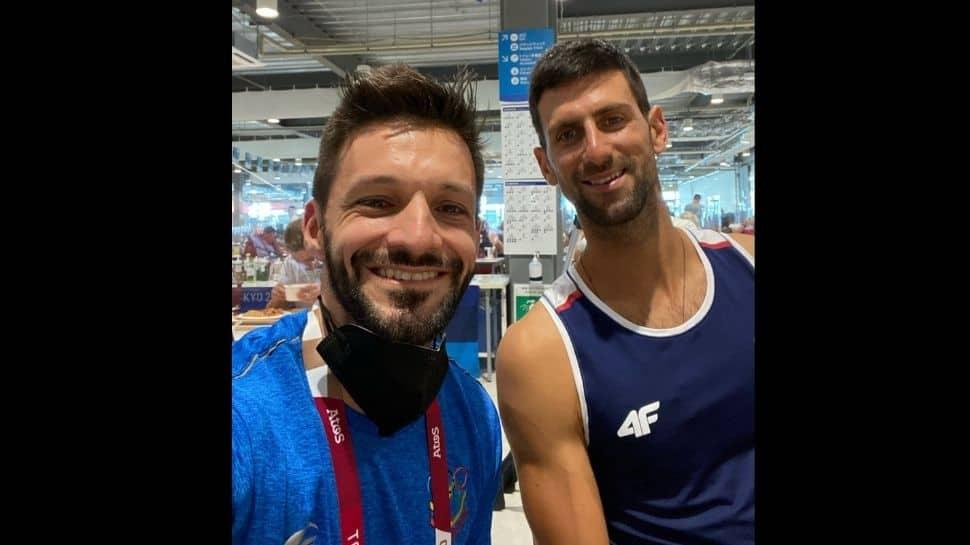 La estrella del karate venezolano Antonio Díaz se toma una selfie con la estrella del tenis serbio Novak Djokovic en la Villa de los Atletas de los Juegos Olímpicos de Tokio. (Fuente: Twitter)