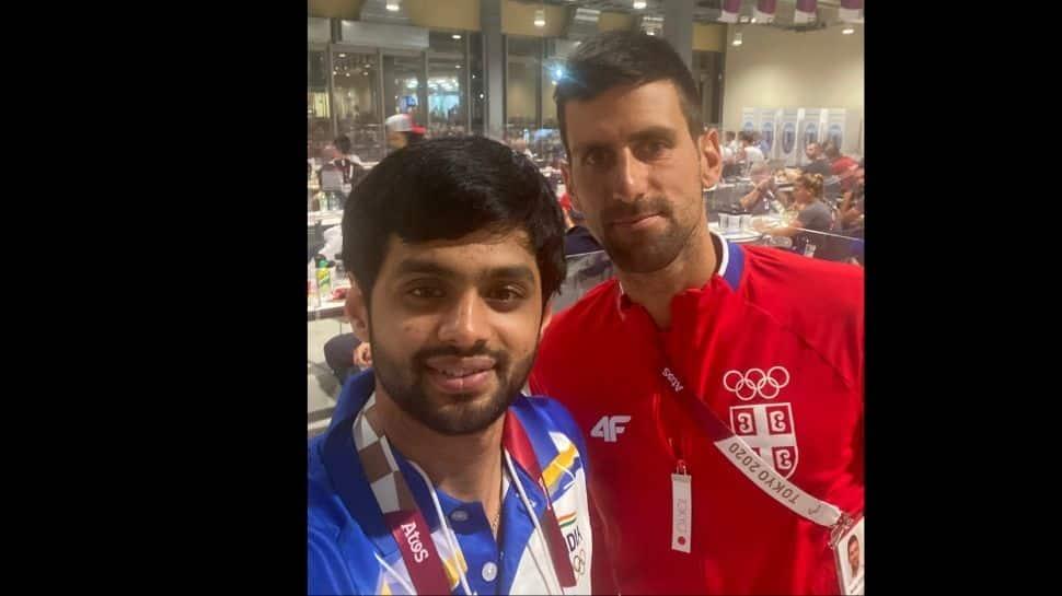 El transbordador indio Sai Praneeth posa para una selfie con el número 1 del tenis mundial y campeón de Wimbledon 2021 Novak Djokovic en la Villa de Atletas de los Juegos Olímpicos de Tokio. (Fuente: Twitter)