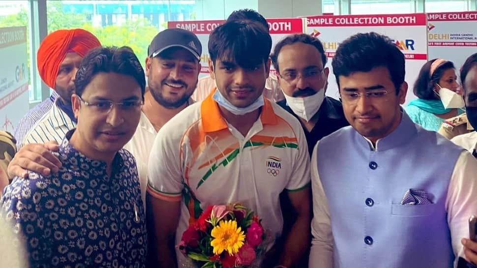 Tokyo Olympics gold medallist Neeraj Chopra returns India, gets grand welcome at airport - WATCH   Other Sports News   Zee News