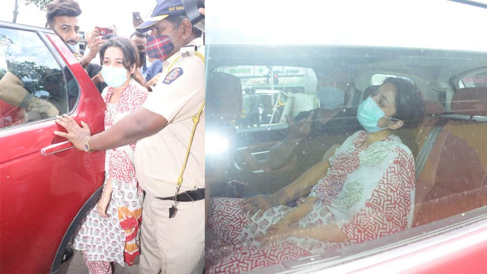 Shehnaaz Gill looks inconsolable at Sidharth Shukla's funeral, breaks down several times – In Pics