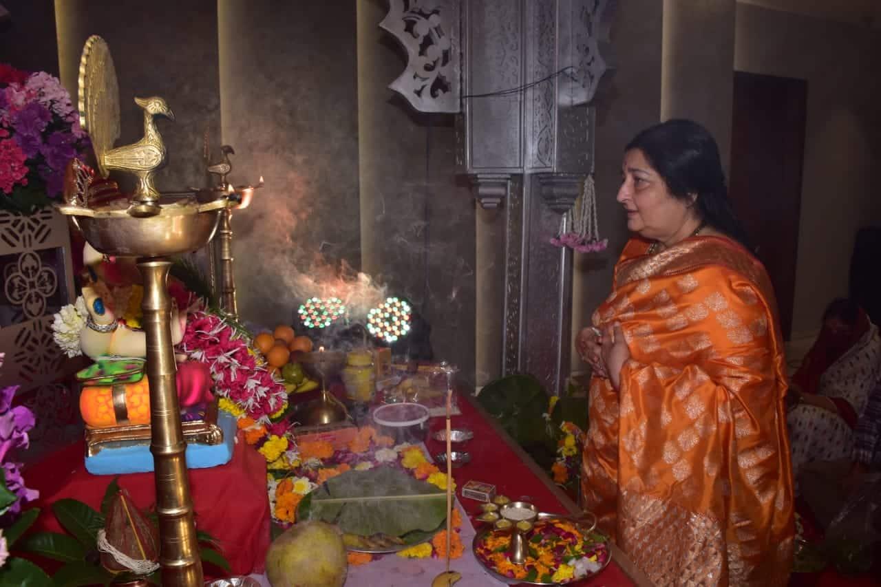 Anuradha Paudwal looked beautiful in an orange saree
