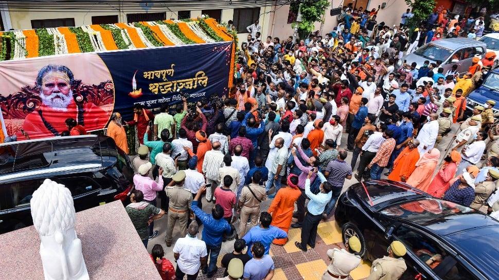 Mortal remains of Mahant Giri taken out on 'nagar yatra' before 'samadhi' thumbnail