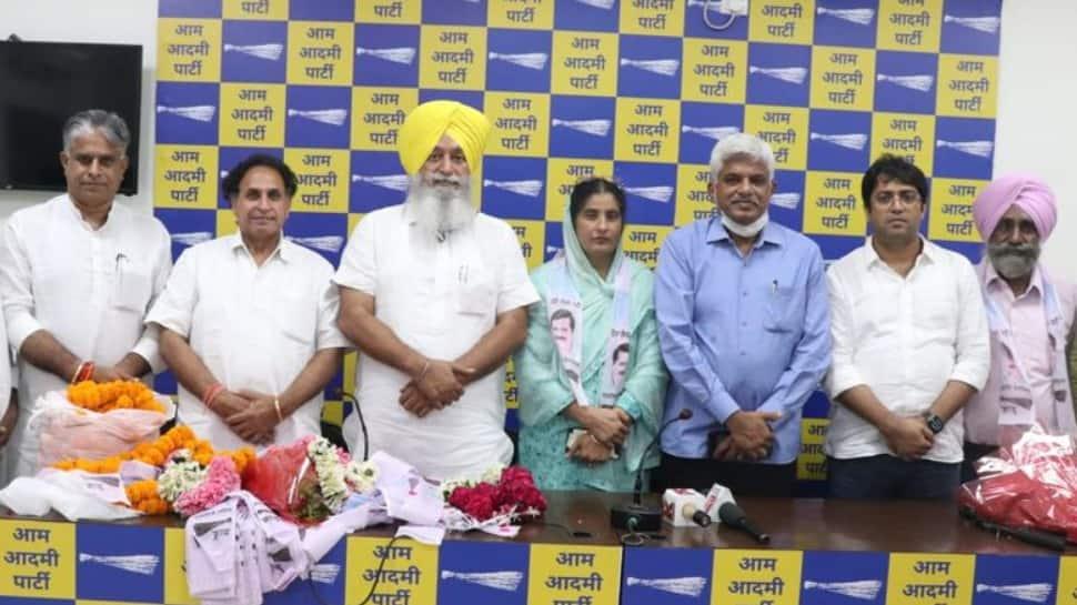 Inspired by policies of Delhi govt, BJP MCD councilor Gurjit Kaur Bath and Kulwant Singh Bath join AAP thumbnail